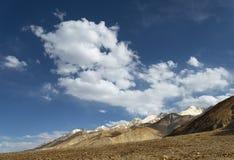 积雪覆盖的山土坎 免版税库存照片