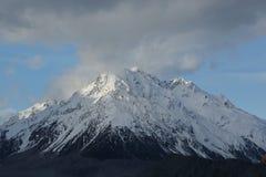 积雪覆盖的山在南岛,新西兰 免版税图库摄影