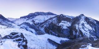 积雪覆盖的山峰顶  库存图片