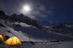 积雪覆盖的山的宏伟的视图在被月光照亮夜 免版税库存图片