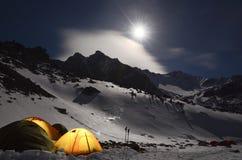 积雪覆盖的山的宏伟的视图在被月光照亮夜 免版税图库摄影