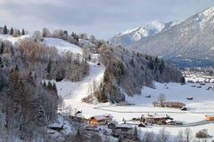 积雪覆盖的山的脚的镇 免版税图库摄影
