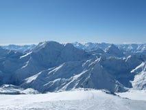 积雪覆盖的山美丽的景色在中午 库存照片