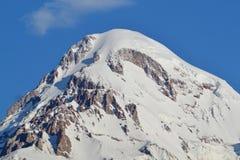 积雪覆盖的山Kazbek 免版税库存照片