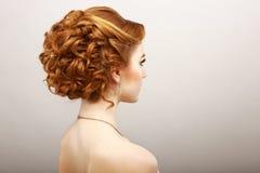 称呼。卷曲的红色头发妇女背面图。Haircare温泉沙龙概念 免版税库存照片