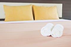称呼与白色毛巾和双重黄色pillo的卧室内部 免版税库存照片