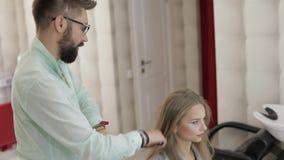 称呼专业的美发师梳式样头发 做容量发型 股票录像