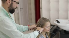 称呼专业的美发师梳式样头发 沙龙的美女 影视素材
