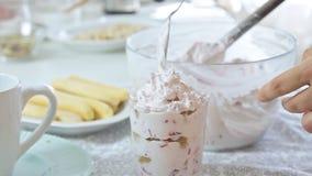 称呼乳酪奶油用草莓和开心果的食物 股票录像