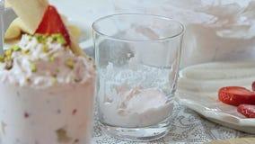 称呼乳酪奶油用草莓和开心果的食物 股票视频