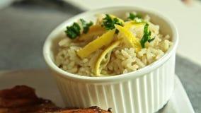 称呼和烹调三文鱼鱼用米和黄瓜的妇女食物 股票录像
