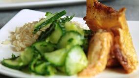 称呼和烹调三文鱼鱼用米和黄瓜的妇女食物 股票视频