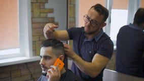 称呼在行家的美发师 时髦的理发师结束研究年轻行家的一个方式 股票视频