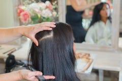 称呼妇女在沙龙的` s头发 库存照片