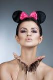 称呼妇女画象完善的面孔,专家做 与大耳朵的时尚老鼠 库存图片