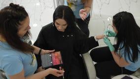 称呼演播室,专家队做客户的同样时间服务美容院的 影视素材