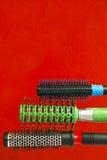 称呼的和卷曲的头发的圆的梳子 免版税库存图片