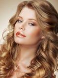 称呼 与完善的轻的柔滑的头发的华美的时装模特儿 库存照片