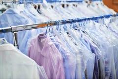 称在挂衣架的干净的衣裳并且包装了 免版税库存图片