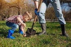 称小的家庭帮手射击在庭院里 库存图片