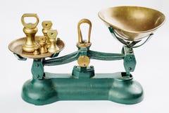 称并且测量与老黄铜盘子的刻度尺 库存照片