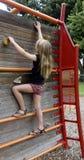 称攀岩墙壁的孩子。 免版税库存图片