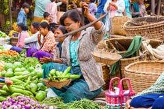 称菜的缅甸妇女在地方街市上 免版税图库摄影