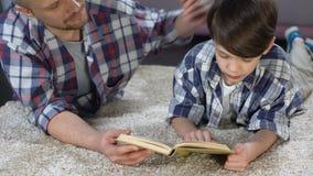称赞爱恋的父亲听儿子读书,支持和他,家庭作业 影视素材