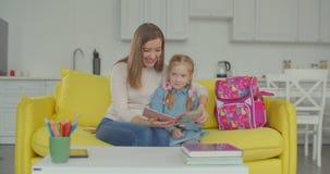 称赞骄傲的妈妈很好学习的女小学生 股票录像