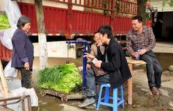 彭州,中国: 农夫在计量局 免版税库存图片