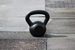 称16公斤的小黑重量在城市体育场的橡胶盖子的立场在竞争前 库存图片