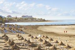 秸杆伞和懒人在Playa de美洲日报, Tener 免版税库存照片