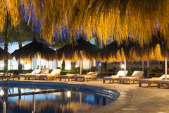 秸杆伞和sunbeds由水池在Sharm El谢赫 免版税库存图片