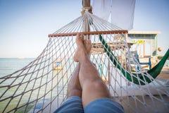 秸杆吊床在热带海滩的阳台上放松的 免版税库存照片