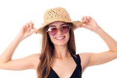 秸杆和太阳镜的美丽的女孩 免版税库存图片