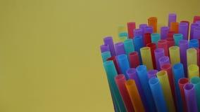秸杆喝背景五颜六色整个银幕单一用途的秸杆塑料 股票视频