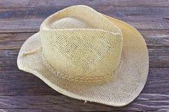 秸杆在木背景的夏天帽子 库存照片