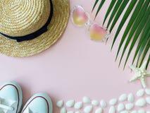 秸杆夏天帽子、海星、壳、心脏形状太阳镜、白色运动鞋和棕榈叶 免版税库存照片