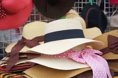 秸杆夫人的织法帽子 免版税库存照片