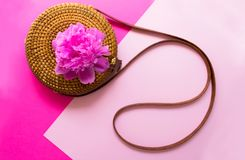 秸杆时髦的妇女夏天袋子和牡丹花在桃红色背景 E 免版税图库摄影