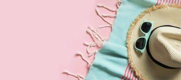 秸杆海滩sunhat和太阳镜在有魄力的桃红色与空间文本的 海滩的女性成套装备 背景概念框架沙子贝壳夏天 库存照片