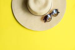 秸杆海滩妇女` s帽子顶视图黄色背景 库存照片