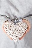 秸杆的心脏在手上举行了由妇女 免版税库存照片
