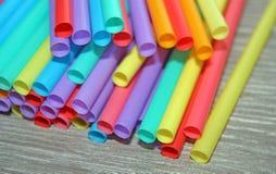 秸杆秸杆塑料饮用的背景五颜六色的整个银幕的单一用途的污染 库存图片