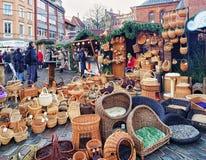 秸杆篮子和其他纪念品在里加圣诞节市场上 免版税库存照片