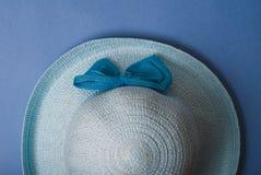 秸杆美丽的夏天帽子,在蓝色背景, 免版税图库摄影