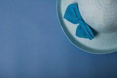 秸杆美丽的夏天帽子,在蓝色背景, 图库摄影