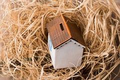秸杆背景的一点模型房子地方 免版税库存照片