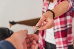 移交从一个新的家的钥匙 免版税图库摄影