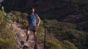 移动下来在峭壁的男性徒步旅行者 影视素材